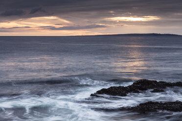 Irland, County Clare, Waves at the coast near Doolin - SRF000345