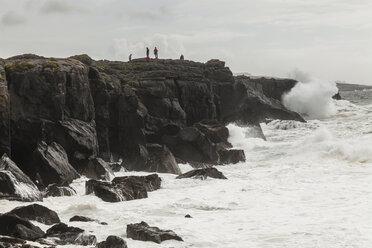 Irland, County Clare, Waves at the coast near Doolin - SR000373