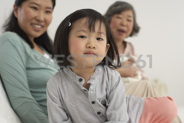 Asian senior woman with daughter and two granddaughters - FSF000074 - Sandra Bielmeier/Westend61