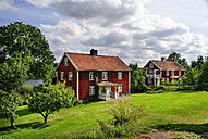 Sweden, Smaland, Kalmar laen, Vimmerby, residential houses at lake Kronobergssjoen - BT000044