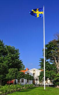 Sweden, Smaland, Kalmar Iaen, Vimmerby, Astrid Lingren Naes, Barndomshem, Praestgarden Pfarrhof and flag - BT000033