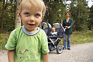 Portrait of little boy on the move with his mother and brother - RDF001239
