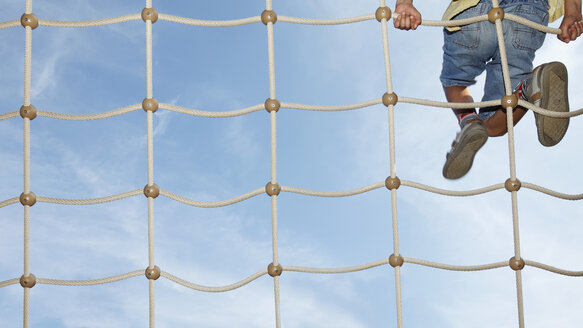 Little boy on climbing net, partial view - RDF001225