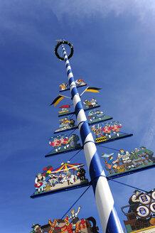 Germany, Bavaria, Munich, maypole at Viktualienmarkt - MIZ000416