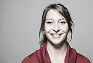 Portrait of smiling young woman, close-up - DISF000130