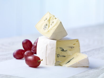 Stack of sliced blue cheese with red grapes - SRSF000323