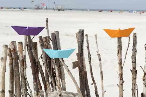 Germany, Amrum, Colourful paper boats on branches - AWDF000732