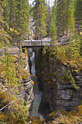 Canada, Alberta, Rocky Mountains, Jasper National Park, Pedestrian bridge at Maligne Canyon - UMF000651