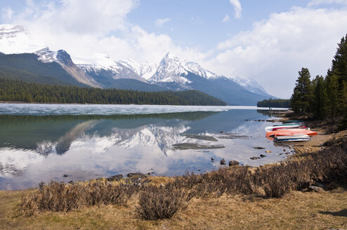 Canada, Alberta, Rocky Mountains, Maligne Lake, rowing boats at lakeshore - UMF000654