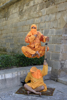 Spain, Majorca, Palma, two street artists, floating fakir - HL000272