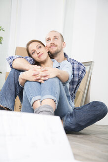Young couple enjoying new home - FKF000327