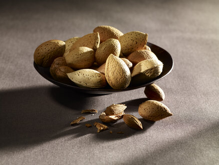 Almonds in bowl, close up - SRSF000377