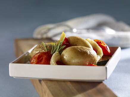Sherry potatoes in tray, close up - SRSF000375