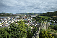 UK, Wales, Conwy, View from historical city wall to old town and castle - EL000611