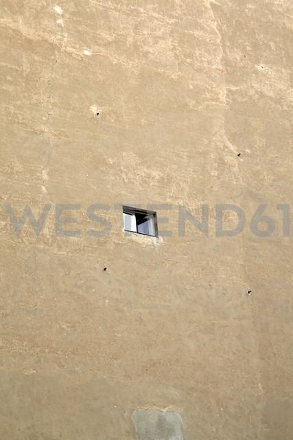 Germany, Berlin, Small window in wall - JMF000265 - Pascal Miller/Westend61