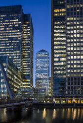 UK, London, Docklands, illuminated One Canada Square Building - DISF000143