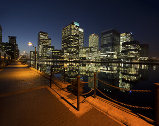 UK, London, Docklands, illuminated buildings at financial district - DISF000141