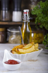 Potatoe wedges and ketchup in porcellain bowls - ODF000700