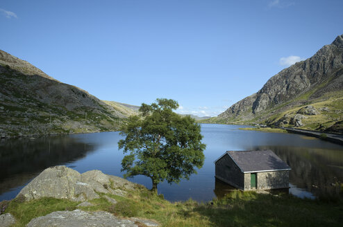 UK, Wales, Lake Llyn Ogwen in Snowdonia National Park - EL000606