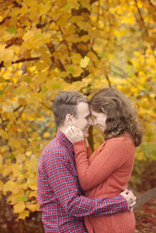 Happy young couple enjoying autumn - BGF000015