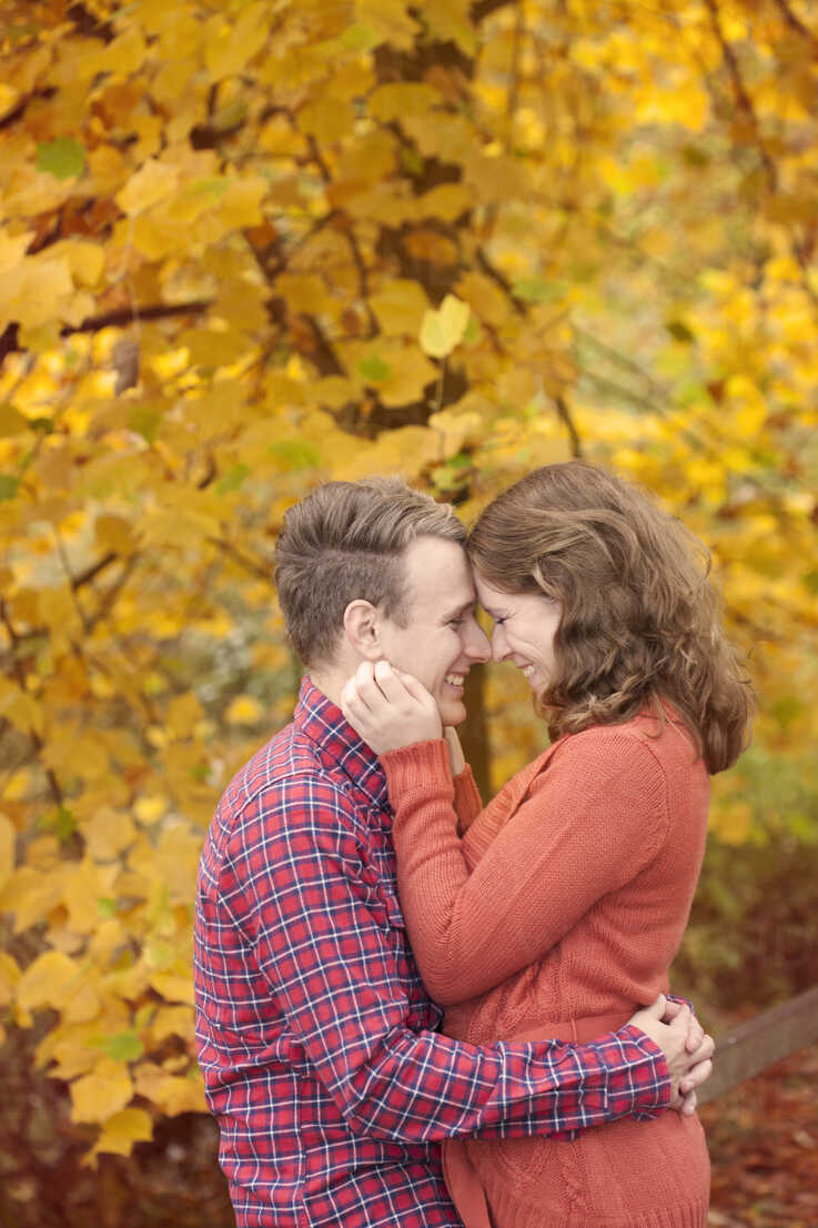 Happy young couple enjoying autumn - BGF000015 - Benny Gold/Westend61