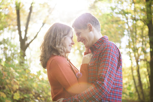 Happy young couple enjoying autumn in a park - BGF000020