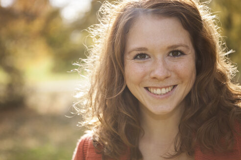 Portrait of happy young woman, close-up - BGF000027