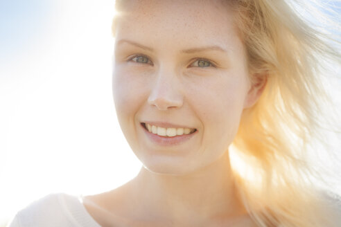 Portrait of smiling young woman, close-up - BGF000039