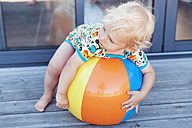 Little boy relaxing on beach ball - MFF000664