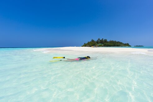 Maledives, young woman snorkelling in a lagoon - AMF001227