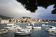 Croatia, Hvar, Old town and boats in harbour - MS003086