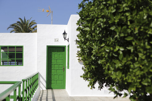Spain, Lanzarote, Yaiza, White house with green door - JAT000458
