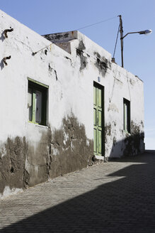 Spain, Lanzarote, Puerto del Carmen, weathered house front - JAT000477