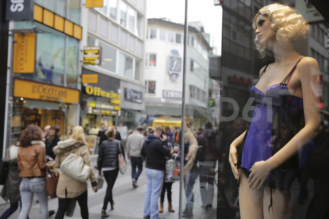 Germany, North Rine-Westphalia, Cologne, display window and pedestrians at famous high street - JAT000508