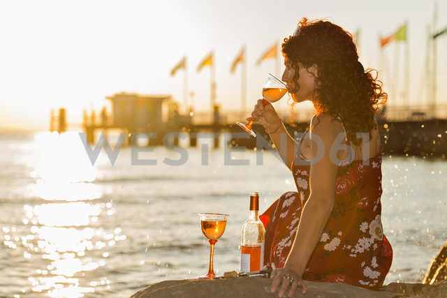Germany, Bavaria, Nonnenhorn, Woman with wine on the bank of Lake Constance - SH001026 - Holger Spiering/Westend61