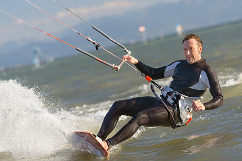Germany, Baden-Wuerttemberg, Fischbach, Kitesurfer on Lake Constance - SH001028