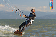 Germany, Baden-Wuerttemberg, Fischbach, Kitesurfer on Lake Constance - SH001031