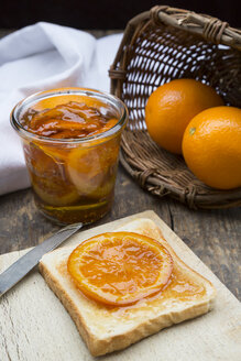 Glass of orange marmalade with orange slices and toast - LVF000342