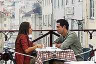 Portugal, Lisboa, Carmo, Largo du Duque, young couple sitting at street cafe - BIF000054