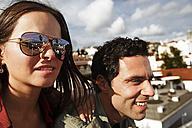 Portugal, Lisboa, Alfama, Largo das Portas do Sol, young couple looking at view - BIF000027