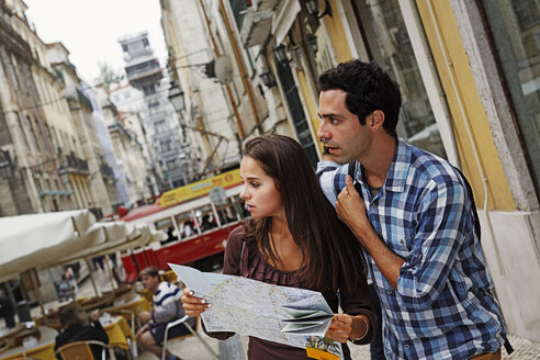 Portugal, Lisboa, Baixa, Rua Santa Justa, Elevador Santa Justa, young couple with city map - BIF000018