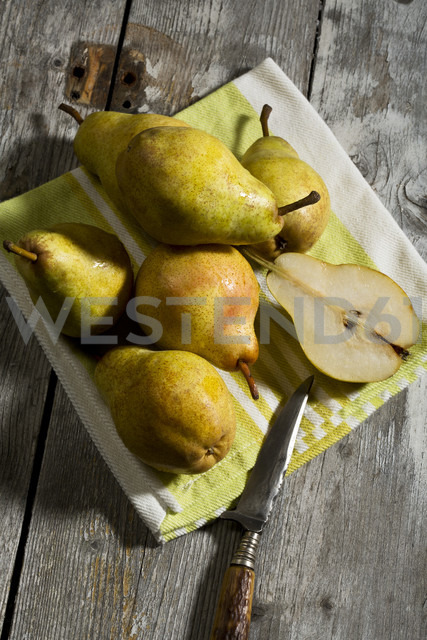 Williams pears and knife on wooden table - MAEF007412 - Roman Märzinger/Westend61