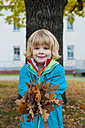 Little boy holding autumn leaves - MJF000418