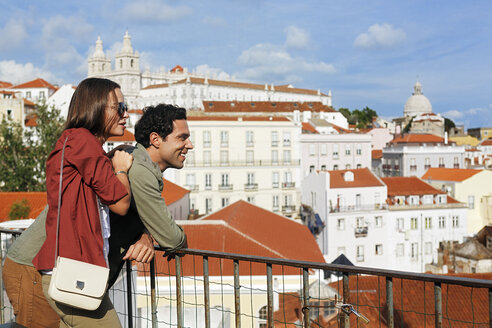 Portugal, Lisboa, Alfama, Largo das Portas do Sol, young couple enjoying vista - BIF000073