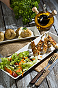 Chicken meat sticks with baked potatoes and mixed salad - MAEF007507