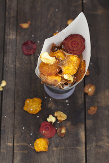 Roasted vegetable chips made of parsnips, sweet potatoes, beetroots, carrots and turnips - ECF000395