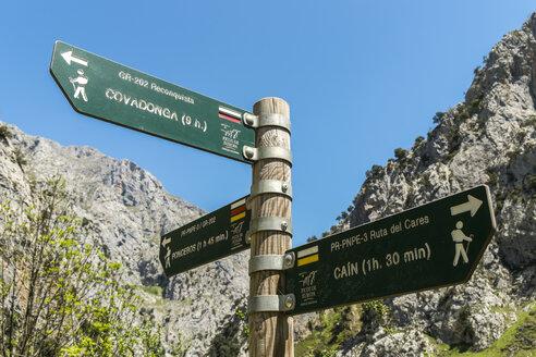 Spain, Asturia, Picos de Europa National Park, Ruta del Cares, Signpost for trails - LA000296