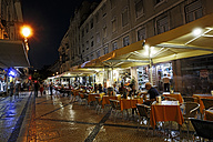 Portugal, Lisboa, Baixa, view to restaurants at Rua Augusta by night - BI000092
