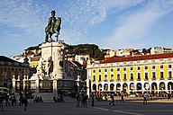 Portugal, Lisboa, Baixa, Praca do Comercio, view to memorial of King Jose I at dusk - BIF000099