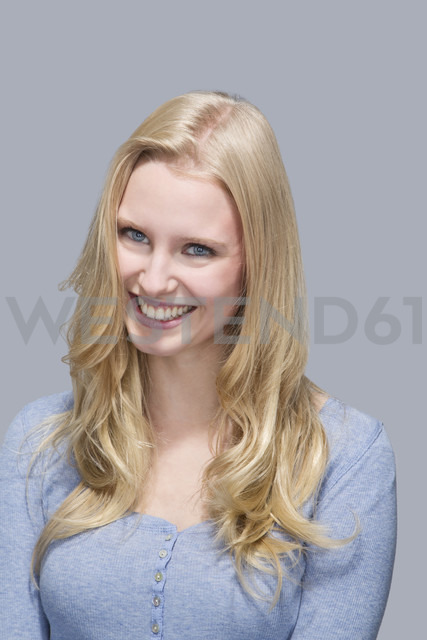 Portrait of smiling young woman - MAEF007525